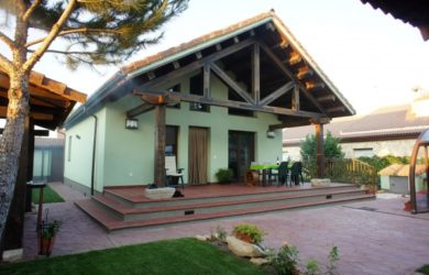 casa cubierta de madera